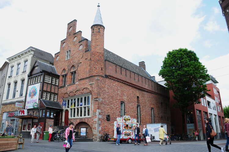 Tourist_Information_center_(VVV)_Den_Bosch_in_a_very_old_(13th_century)_building_-de_Moriaan-._It_is_the_oldest_masonry_built_house_in_the_city_-_panoramio.jpg