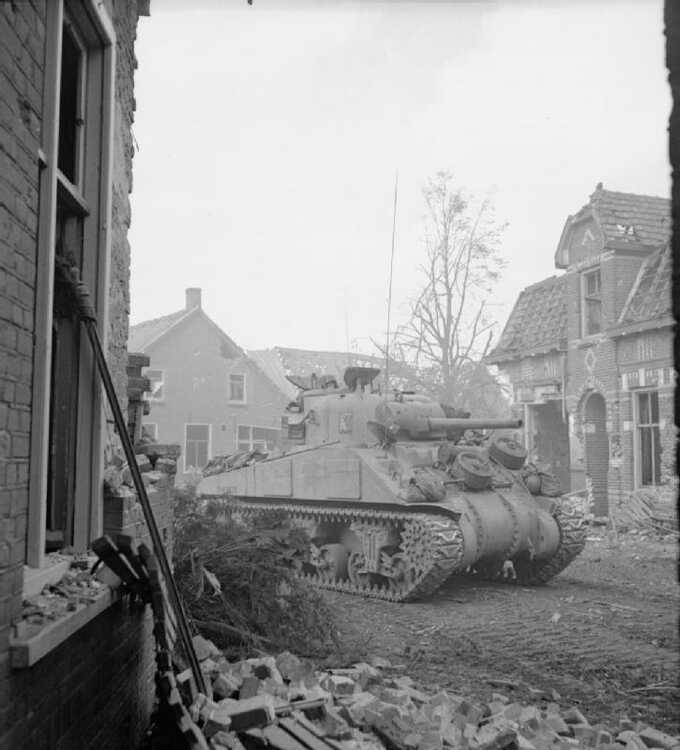 Britse Tank tijdens Slag om Overloon (foto: No 5 Army Film & Photographic Unit)