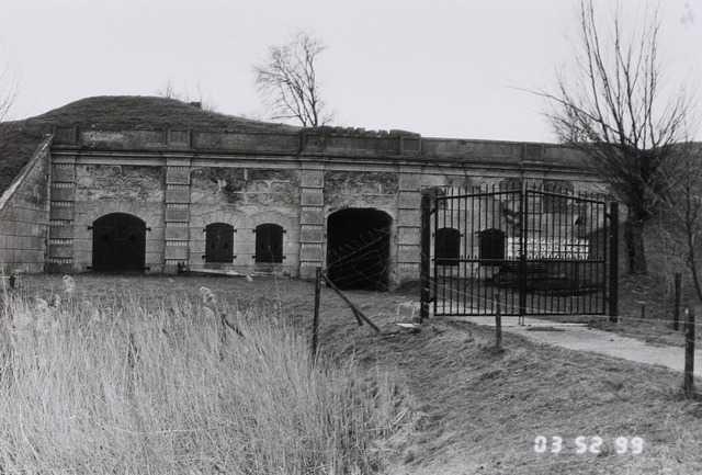 25cbe42ae91 Fort Sabina Henrica is een voormalig fort bij Willemstad en maakt deel uit  van de Zuiderwaterlinie. Tot in de jaren '60 van de twintigste eeuw bleef  het ...
