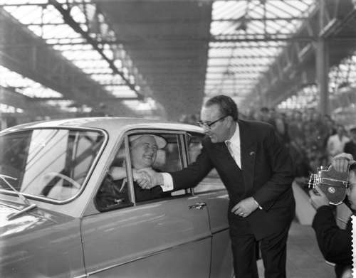 CR0338 Antoon Coolen 8 Hub van Doorne feliciteert burgemeester T. Smulders-Beliën met de eerste DAF personenauto die in Eindhoven op 23 maart 1959 van de band is gekomen. (Foto: Joop van Bilsen, Nationaal Archief, Wikimedia Commons)