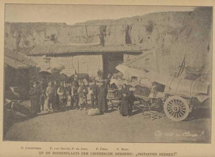 Pater Jan de Jong met zijn reisgenoten in China